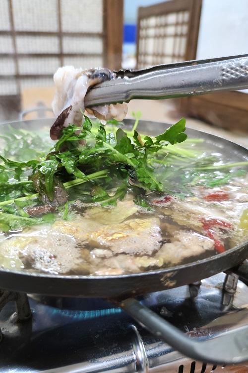 국내에선 대부분 새조개를 샤부샤부로 즐긴다. 이때 면이나 밥을 넣기도 한다.