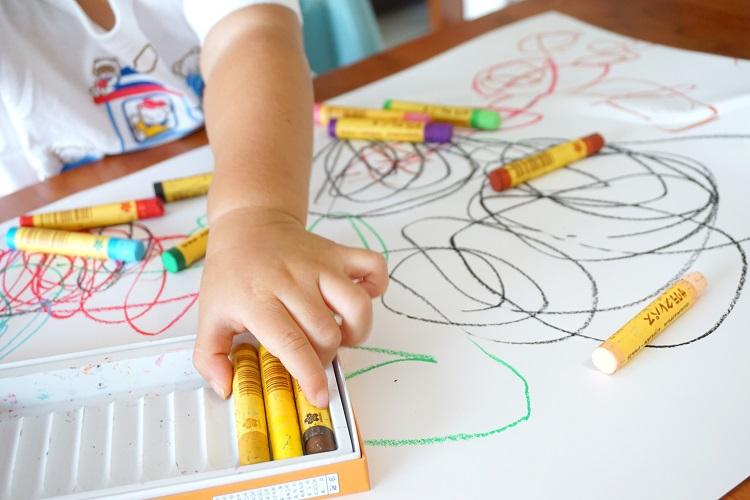 겨울방학 기간 아이와 함께 생활계획표를 짜거나 온 가족이 함께 참여하는 미션도 좋은 자극이 된다
