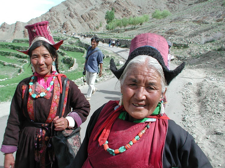 라다크 전통 복장을 입은 할머니